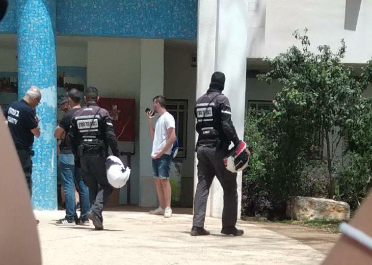 השומר שכח שלא הביא את הנשק, תלמידי התיכון עוכבו שעות ונחקרו